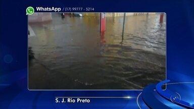 Córrego transborda após chuva forte em José Bonifácio - Além do miniterminal de São José do Rio Preto (SP), que alagou nesta segunda-feira (20), outras cidades da região sofreram com a chuva durante a noite desta segunda-feira e a madrugada desta terça-feira (21). Os moradores dos bairros Bela e Jardim Figueiredo de José Bonfácio (SP) registraram uma chuva forte, de cerca de 40 minutos. O córrego Cerradão transbordou e impediu a passagem de motoristas.
