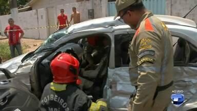 Motorista de caçamba perde o controle e atinge carro no bairro Santíssimo em Santarém - Vítima ficou presa entre as ferragens. O Corpo de Bombeiros só conseguiu realizar o resgate com ajuda de algumas ferramentas especiais.