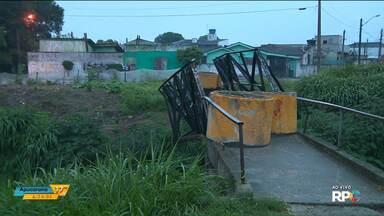 Moradores reclamam de passarela que cedeu no Sítio Cercado - Esse tipo de reclamação é comum em Curitiba.