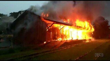 Incêndio destrói prédio histórico em Arapoti - Casa da Cultura que era toda de madeira estava desativada e interditada.