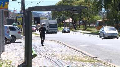 Cresce o vandalismo em pontos de ônibus em Curitiba - Segundo a Prefeitura, foram mais de 150 danificados esse ano.