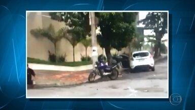 Motociclista fica ferido depois de bater em carro na Região da Pampulha, em BH - Acidente ocorreu no bairro Itapoã. Veja vídeo enviado por telespectador.