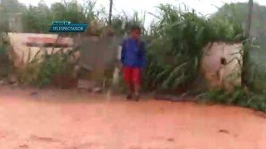 Menino fica ilhado após chuva forte em Vicente Pires - Uma família de Vicente Pires passou um susto e tanto na tarde de terça-feira (21). A chuva forte transformou as ruas da Vila São José em rios de lama. Um garoto chegou a ficar ilhado.