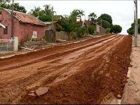 Chuva provoca transtornos a moradores de Irapuru - Carro estacionado na Rua Duque de Caxias afundou na lama.