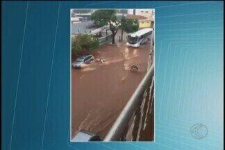 Vídeo mostra mulher tentando segurar moto levada por enxurrada em Patos de Minas - Nas imagens feitas no Bairro Vila Garcia, é possível ver a dona do veículo se esforçando para segurá-lo. Cidade registrou fortes pancadas de chuva.