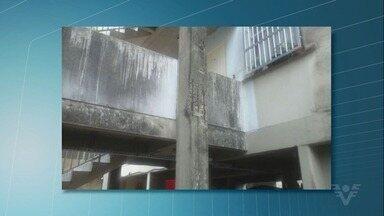 Moradores de conjunto habitacional da CDHU reclamam das condições do prédio - O edifício fica no México 70, em São Vicente, e segundo os moradores, as colunas estão com ferrugem aparente e várias rachaduras.