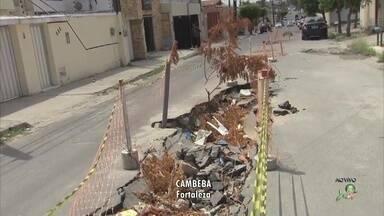 Buraco em rua do Cambeba põe moradores em risco - Confira mais notícias em G1.Globo.com/CE