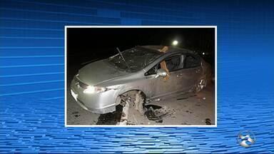 Casal morre e criança fica ferida em acidente de carro na BR-104, em Caruaru - Veículo estava em alta velocidade e capotou diversas vezes, diz PRF.