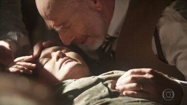 Moniz vê o filho chegar em casa com Guiomar morta - Fernão mente para o pai sobre o ocorrido com Guiomar