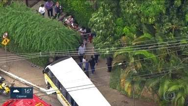 Motorista de micro-ônibus com 27 crianças passa mal e bate veículo - Acidente aconteceu no Morumbi.