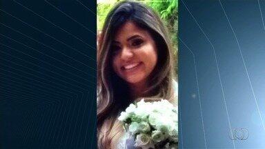Corpo de policial civil morta após cair de moto e ser atropelada é enterrado em Goiânia - Sepultamento ocorreu sob forte salva de palmas. Marido da vítima disse que eles se casaram há menos de um mês e desabafa: 'Não sei o que fazer da minha vida'.