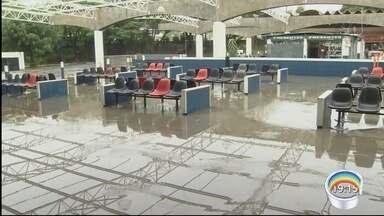 Chuva causou transtornos na rodoviária Nova em Taubaté - Local ficou alagado.