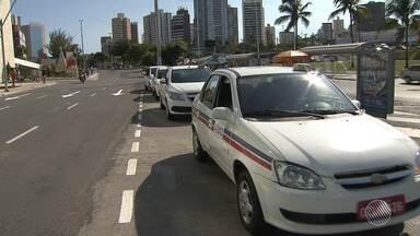 Parte de taxistas em Salvador não vão cobrar bandeira 2 durante o mês de dezembro - Concorrência com aplicativos de transporte de passageiros provocou essa mudança.