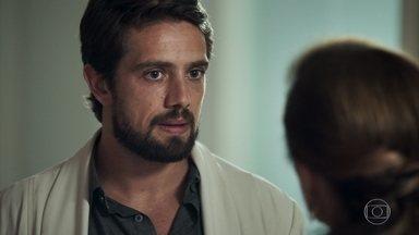 Renato pergunta a Sophia sobre Clara e ela mente - Samuel entrega a Sophia o texto copiado e assinado por Clara e vilã diz que arcará com os custos da publicação do livro do médico