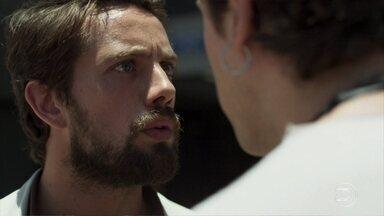 Gael acusa Renato de ter ajudado Clara a fugir e os dois brigam - Médico garante que não sabe do paradeiro da amiga, mas filho de Sophia não acredita