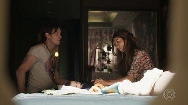 Gael comenta com Lívia que acha estranho o sumiço de Clara - Ele pergunta se a ex-mulher levou o rosário
