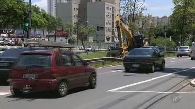 Obra interdita faixa da Avenida Norte-Sul, em Campinas, por até 10 dias, diz Prefeitura - Serviço ocorre para a reconstrução de um muro que caiu em um córrego durante temporal do fim de semana.