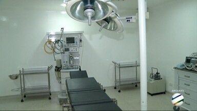 Hospital que faz cirurgias eletivas em Dourados continua fechado - Vai fazer um ano que unidade está fechada. Problemas na obra e depois na gestão dificultam processo.