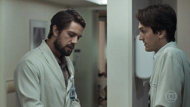 Renato não se conforma com o sumiço de Clara - Ele desabafa com Rafael