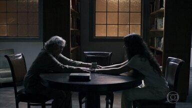 Beatriz conta sua história para Clara - Ela explica para a neta de Josafá que ninguém consegue sair da clínica
