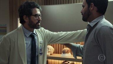 Samuel contrata um rapaz para fazer pesquisa para o seu livro - Suzy aparece no consultório e seduz o marido