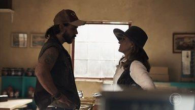 Sophia acerta os detalhes do garimpo com Mariano - O rapaz orienta a vilã sobre como conduzir o novo negócio