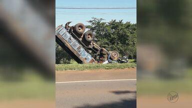 Motorista perde controle da direção e caminhão tomba na Rodovia SP-191 - Acidente ocorreu na manhã deste sábado (25), em Araras, e causas ainda são desconhecidas. Ninguém ficou ferido, segundo a Polícia Rodoviária.