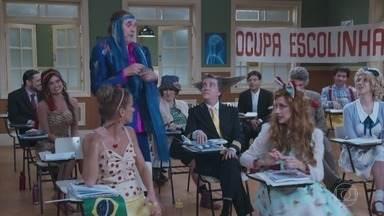 Episódio 1 - No primeiro dia de aula, Professor Raimundo encontra a sala repleta de alunos em protesto. Além disso, um novo estudante chega à Escolinha: o inocente Nerso da Capetinga.