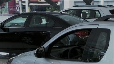 Brasileiros voltam a buscar crédito para comprar carros - O colunista de finanças pessoais Samy Dana dá dicas de como comprar da melhor maneira um carro com a recente queda dos juros.