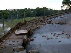 Muro de escola no Jardim Santa Paula desabada após chuva - Não houve feridos e aulas seguem normalmente.