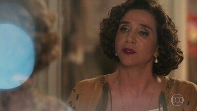 Celeste começa a falar de seu passado para Alzira, mas desconversa - Alzira pergunta se amiga se recuperou de desmaio que teve após o recital