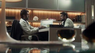 Renato comenta com Samuel que pensa em iniciar um mestrado e o diretor o apoia - Médico é rude com Sophia. Gael repreende Lívia por chamar Tomaz de filho. Sophia percebe o relógio novo de Cido.
