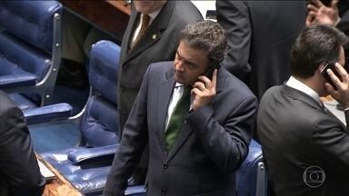 PF vê indícios de que Aécio Neves usava celulares em nomes de outras pessoas - A Polícia Federal está vendo indícios de que o senador Aécio Neves usava celulares com linhas registradas em nomes de outras pessoas para fazer ligações sigilosas.