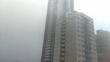 Chuva causa transtornos em Goiânia - Um veículo caiu em um córrego.