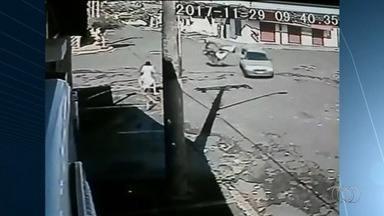 Carro capota após bater contra moto em cruzamento de Itumbiara - Após colisão, motorista sai sem ferimentos pela janela, se arrastando. Motociclista teve apenas escoriações.