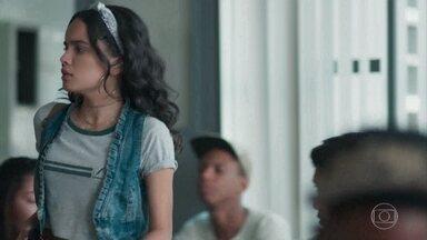 K2 estranha a ausência de K1 - Dóris acompanha Dogão até a sala de aula. Benê conta a Tato que Lica beijou Deco e, por isso, Keyla está brigada com a amiga