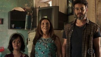 Juvenal leva Estela para conhecer o garimpo - Rosalinda sugere a Estela levar um bolo para o rapaz