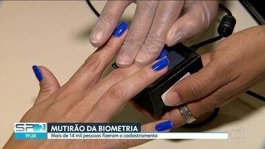 Mais de 14 mil pessoas fazem cadastramento biométrico na capital paulista - Mais de 14 mil pessoas procuraram neste sábado (02) os postos do Tribunal Regional Eleitoral da capital paulista. Foi o primeiro dia do mutirão de cadastramento biométrico.