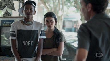 Para não voltar para casa, K1 mente para Roger - Ela inventa que precisa terminar um trabalho de escola com Keyla e a amiga confirma