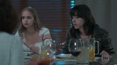 Lica e Clara convencem Marta e Luís a confrontar Malu e Edgar - Elas explicam o que está rolando no colégio e ganham o apoio deles