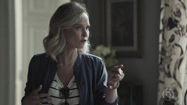Fabiana manda Lindomar ficar de olho em Clara - Ela avisa ao motorista que viajará com a família e orienta a nova funcionária a fazer suas malas