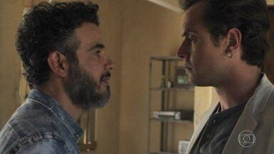 Gael confronta Juvenal - Estela garante para o irmão que o rapaz é apenas um amigo