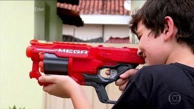 Armas de brinquedo que atiram balas de espuma não são tão inofensivas assim - Elas parecem não machucar, mas os pais têm que ficar alertas. Dependendo de onde acertar, a bala pode atingir partes mais sensíveis como os olhos, por exemplo.