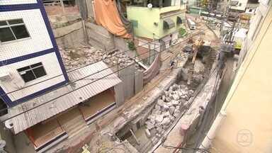 Moradores reclamam de ruas esburacadas no Itanhangá - O RJ Móvel está no Itanhangá para acompanhar o andamento das obras em uma rua bem esburacada. Os moradores dizem que não houve melhoria.