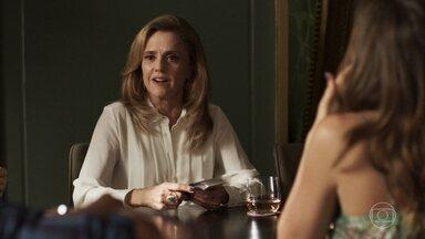 Sophia tenta humilhar Renato enquanto treina pôquer - Médico não se intimida e afirma que se orgulha de viver do seu próprio salário