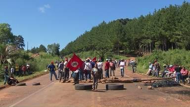 Manifestantes decidem alternar tempo de bloqueio para evitar filas em rodovias na região d - Após mais de 48 horas de protesto, grupo decidiu fechar e abrir as PRs 170 e 459 de hora em hora a partir desta sexta-feira (8), na região central do Paraná.