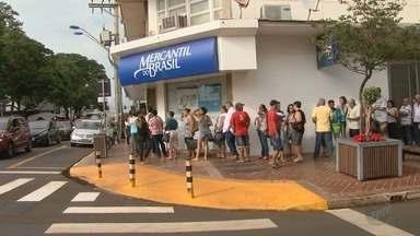 Aposentados enfrentam fila para receber pagamentos em Sertãozinho, SP - Problema se repete todo mês em uma agência no Centro da cidade.