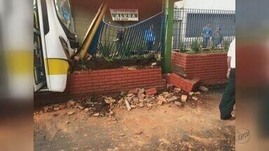 Ônibus bate ao chegar em terminal e deixa 15 pessoas feridas em Araraquara - Segundo testemunhas, motorista teve um mal súbito e bateu na coluna que separa o terminal da avenida;