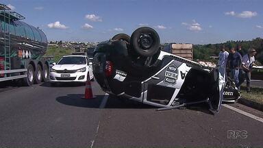 Um investigador e um preso ficam feridos em capotamento de viatura da Polícia em PG - O acidente foi na tarde desta sexta-feira (08) na BR-376, perto do viaduto do Núcleo Santa Terezinha.