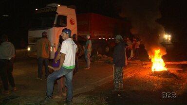 Bloqueio do MST na PR-170 na região de Guarapuava já dura 60 horas - Chegaram a faltar combustível e alimentos na cidade de Pinhão.